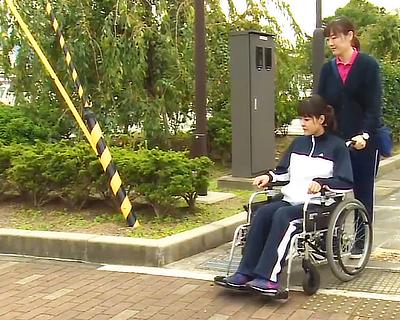 屋外での車椅子移動介護